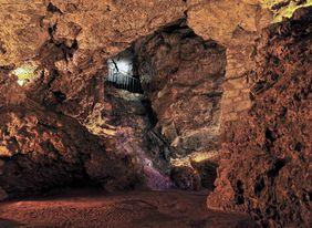 Höhleninneres mit atmosphärischer Beleuchtung